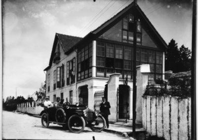 Ramón González e o seu coche diante da casa de Mos