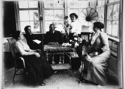 Familia González Santos: Don Faustino González e Dona Jesusa Santos Cervela coas súas tres fillas